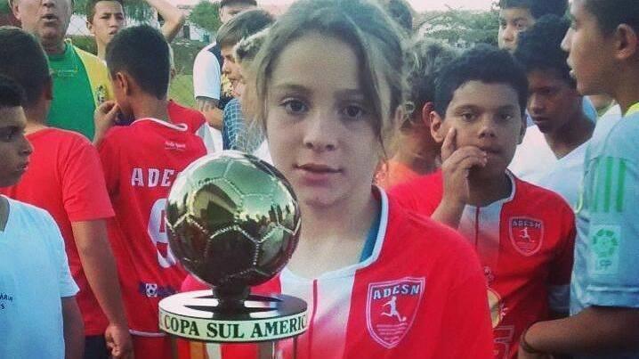 Garota é proibida de jogar futebol com seu time